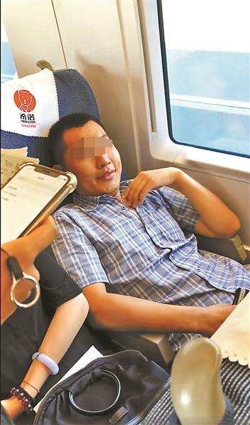 """高铁""""霸座男""""被列入""""黑名单"""" 多久才能再坐火车?"""