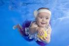 可爱宝宝潜游似水下精灵