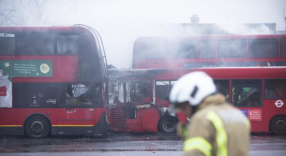 伦敦公交站发生火灾 11辆巴士被烧