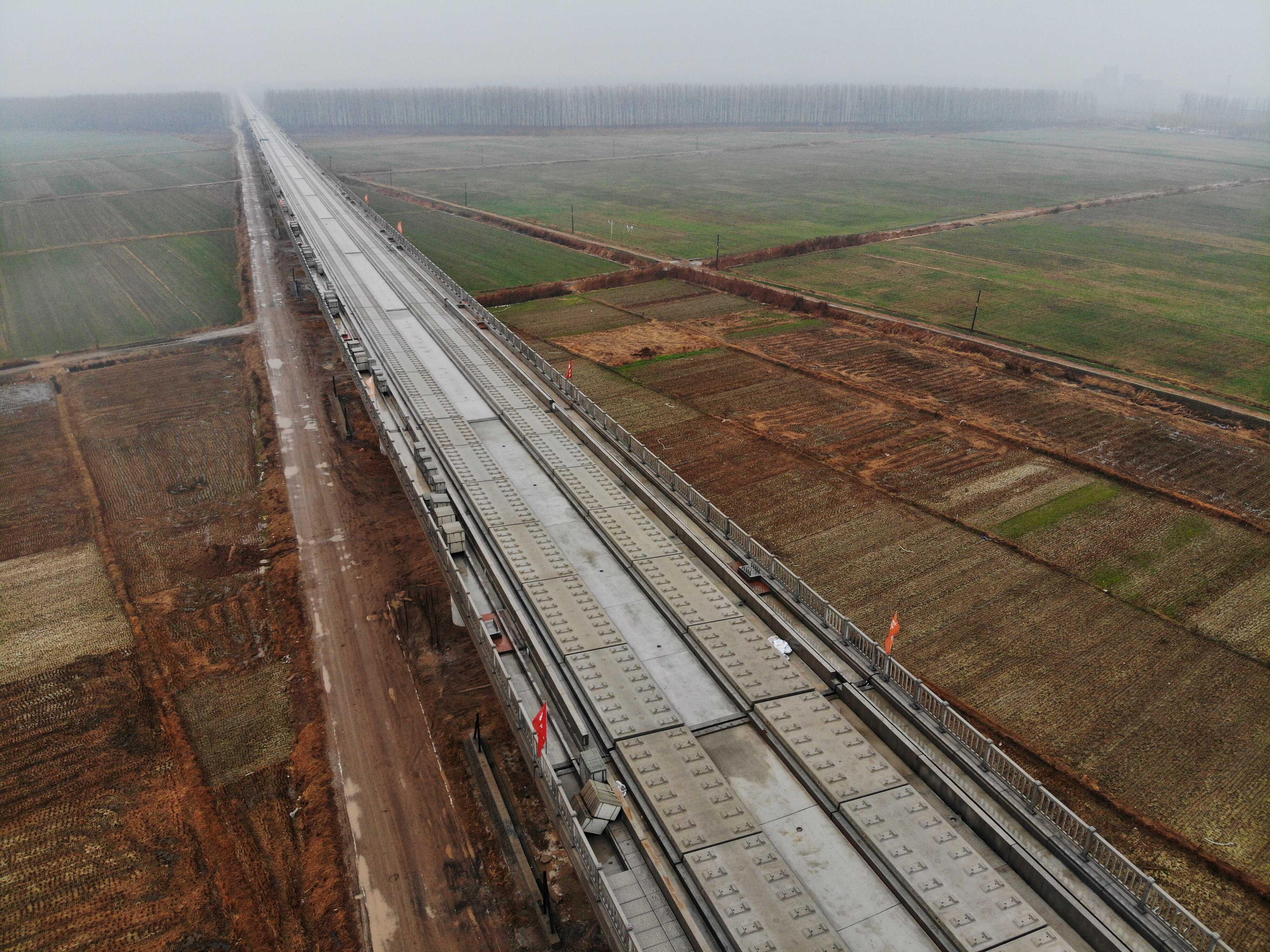 鲁南高铁临沂段无砟轨道铺设完成