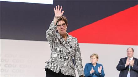 """德国 """"小默克尔""""当选基民盟新主席"""