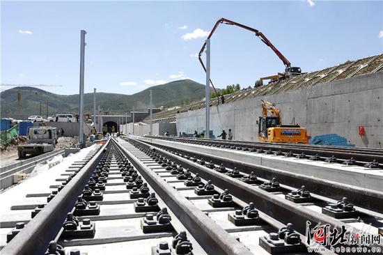 6月11日,施工人员在崇礼铁路太子城隧道出口施工。