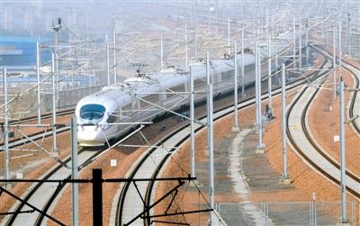 一列驶往北京的高速列车驶离郑州东站。 郑报全媒体记者 马健 图