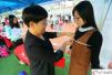 广州高校招聘会女生应聘模特 现场被量三围