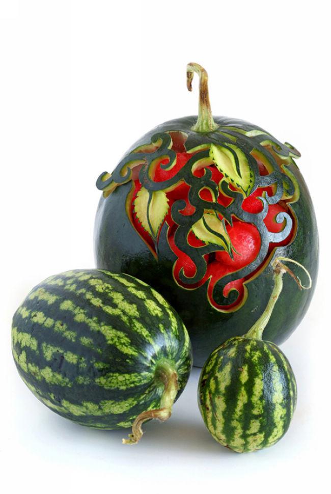艺术家ilian iliev 的食品雕刻   图上的作品是来自英国艺术家 ilian iliev 的食品雕刻,令人印象深刻的美味艺术,这些作品不仅仅是雕刻,也是以艺术的眼光捕捉那些美丽的静止图像.