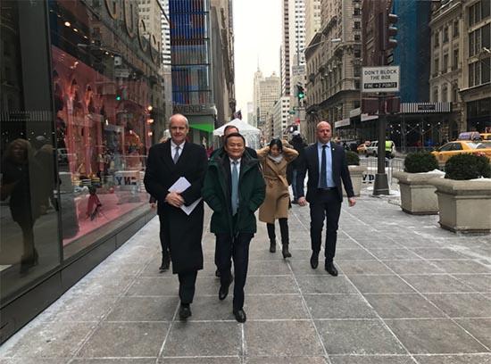 马云/马云一行走在纽约第五大道上,前往特朗普大厦与特朗普见面来源...