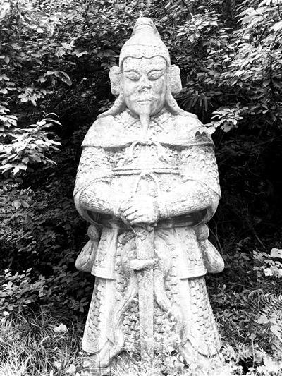 墓地的石像虽有残损,但仍庄重威武。