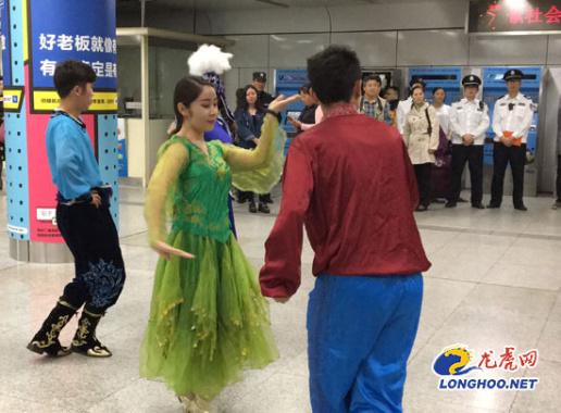 新疆美女南京地铁玩快闪!柔美舞姿引关注