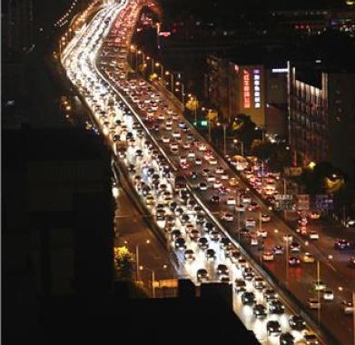 昨晚高峰,双桥门立交长时间拥堵车辆如长蛇阵