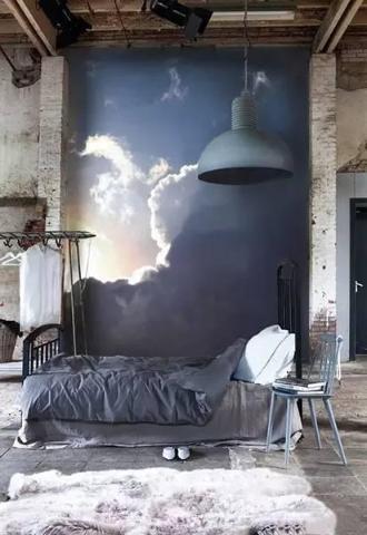背景墙是一轮即将初升的太阳,灰色的床跟太阳升起前灰蒙蒙的天遥相呼应。