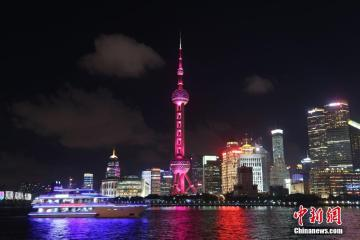 """8月8日晚,上海东方明珠电视塔亮""""国旗红""""色灯恭喜吴敏霞/施廷懋获得跳水女子双人3米板冠军。"""