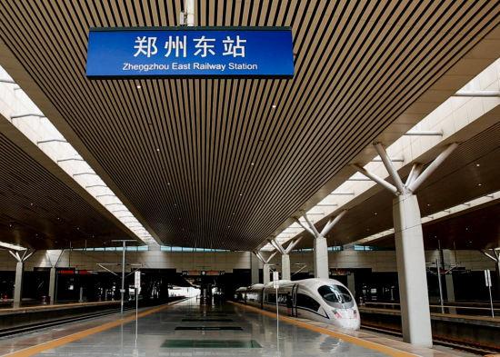 记者从济南铁路局获悉,8月30日,济南至郑州高铁首次空载拉通试验,预计9月初将开行高铁动车组列车。届时,济南人乘坐动车,3个小时到达郑州,5个小时到达西安。  7时25分,济南西开往郑州东的G1831次模拟试验列车驶出了济南西站,沿京沪高铁向南奔驰,在徐州东站短暂停靠,列车驶入这次模拟运行试验关键区段徐兰高铁郑徐段,徐州东到郑州东线路全长362公里,设9个车站,设计最高时速350公里,10时47分列车到达郑州东站,模拟运行时间为1个小时57分钟。在郑州东站停靠13分钟后,模拟试验列车G1848次从郑州东站