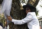秘鲁男演员娶一棵树