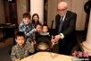 2016年诺贝尔奖得主为诺贝尔博物馆椅子签名