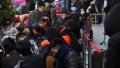 郑州火车站商圈现抢铺热 有的商户熬夜排队40小时