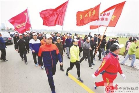 """徐州3200人环湖健步走,为最美""""徐马""""加油"""