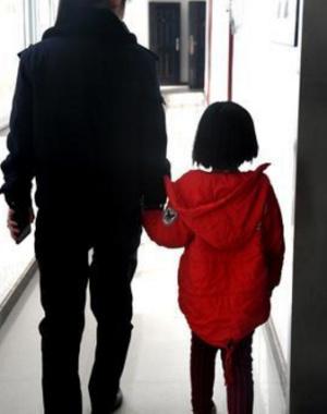 """7岁女孩被父亲丢到公安局""""要妈妈"""""""