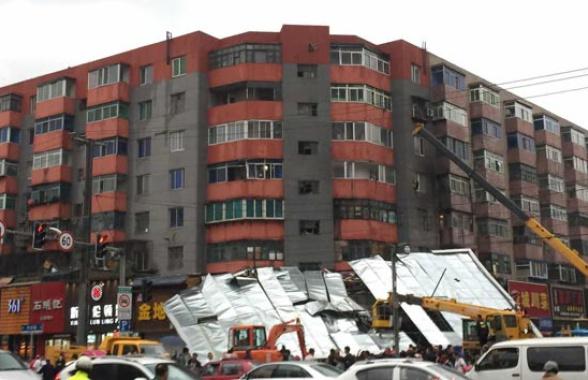 沈阳五爱市场附近十米长广告牌被风吹落 三车受损