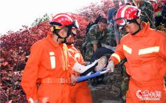 50歲驢友爬山賞紅葉被困 淄博消防官兵30分鐘緊急營救