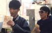 大张伟和妈妈被偶遇 在北京胡同吃煎饼