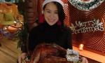 胡杏儿戴圣诞帽端超大火鸡 V字脸下巴尖到吓人