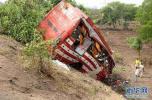 印度一辆巴士与油罐车相撞 导致14人死亡