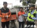外卖小哥8小时骑200多公里,刚进南京电动车就被扣了