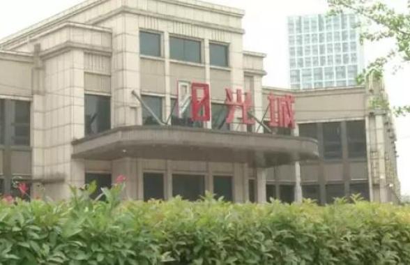 郑州阳光城小区新房装修后房顶高低不平 业主很郁闷