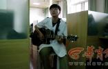 别人家的老师!西安医生自编《心电图诊断歌》 弹吉他讲课爆红