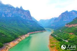 航拍云台山红崖:看12亿年前造就的山水奇观