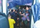 316名成都老人撤离养老院 五色雨伞搭出通道