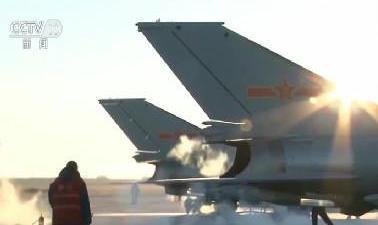 """空军 -34℃ 让战机""""满血""""出征"""