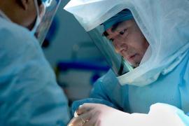 """""""行走在刀锋上""""的外科医生"""