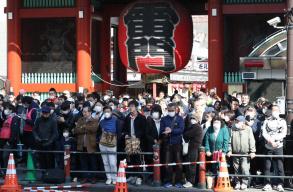 疫情在日本持续扩大 东京马拉松仍聚集7.2万名观众