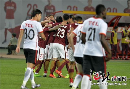 辽宁 沈阳/图为华夏幸福队球员庆祝进球。