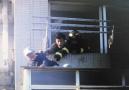 大连老人不慎掉到外阳台上 消防员紧急救护救起老人