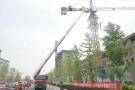 塔吊工20米高空晕倒随时可能滑落 消防员用云梯救援