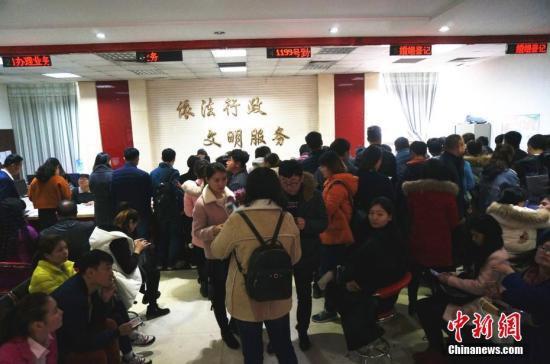 资料图:民政局上班时间一到,婚姻登记大厅里很快就挤满了人。 韩章云 摄