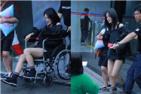 谢娜疑旧伤复发坐轮椅