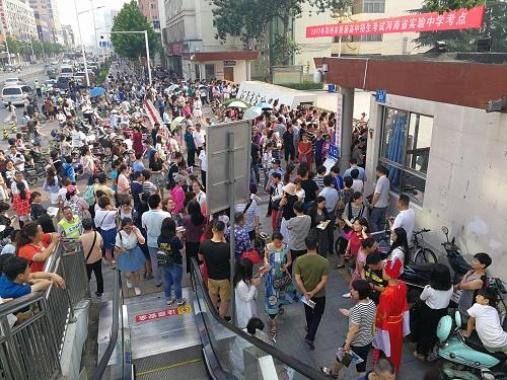 今天鄭州5萬學子中考 考場門口家長送上愛的抱抱