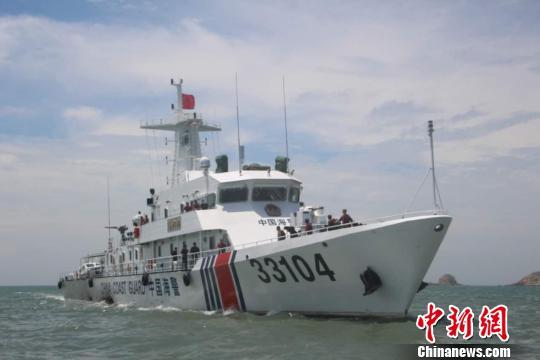 海警33104舰全速赶赴事发海域开展搜救。 朱立峰 摄