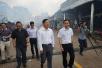 驻老挝大使王文天赴万象三江商城火灾现场视察慰问