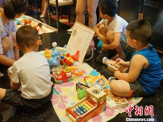 图为现场自闭症儿童物品义卖活动。 党田野 摄