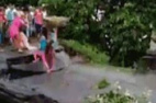 印度洪灾桥面断裂瞬间落水