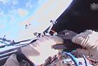 宇航员徒手释放卫星