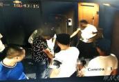 男子打儿子逼其给自己下跪 热心住客劝说未果被暴打