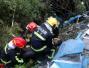 30吨化工槽罐车侧翻泄漏男子被困车头,绍兴消防破拆施救