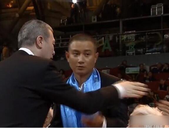冯小刚拒绝文章握手