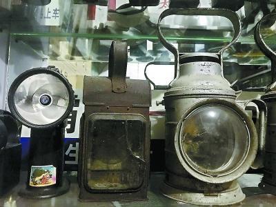 1900年左右的火车信号灯(中)。