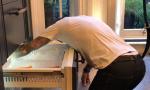 贝克汉姆维多利亚跪地修冰箱男女搭配干活不累!